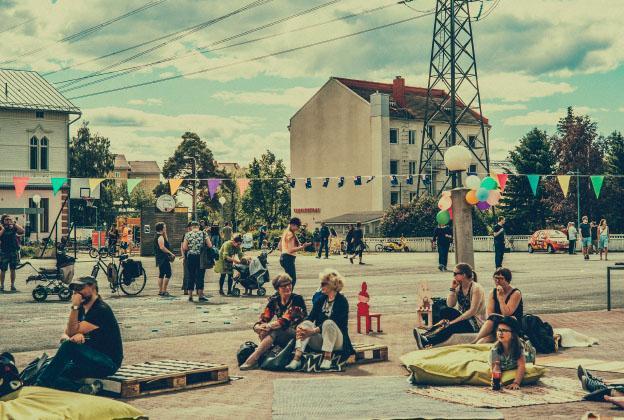 Ihmisiä istumassa vilteillä Titta på Tuira -festivaaleilla.