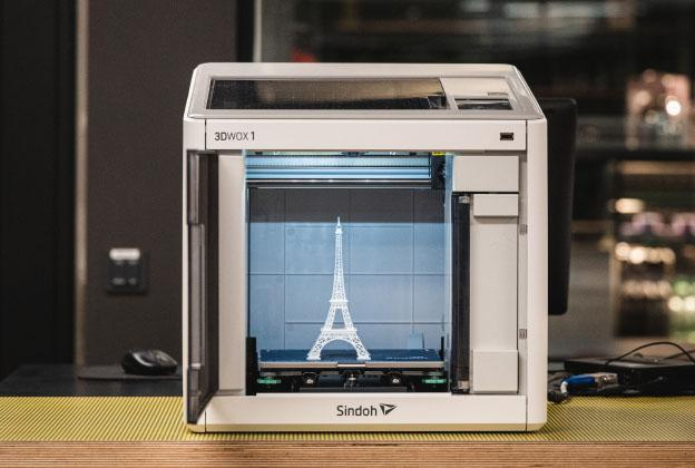 3D-tulostin tulostamassa Eiffelin tornin pienoismallia.